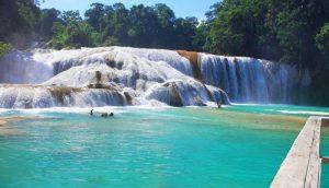 Vista de las cascadas de agua azul
