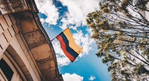 Bandera de Colombia en edificio