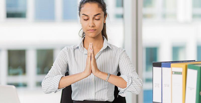 Mujer medita en la oficina