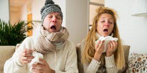 Hombre y mujer con resfriado