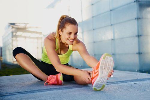 Mujer hace ejercicios de estiramiento
