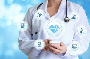 Doctora con gadgets de salud