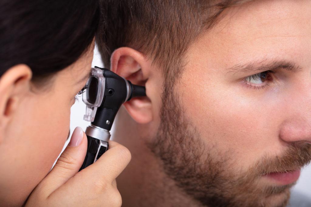 Hombre recibiendo tratamiento de dolor de oído