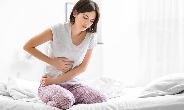 Mujer con dolor de estomago
