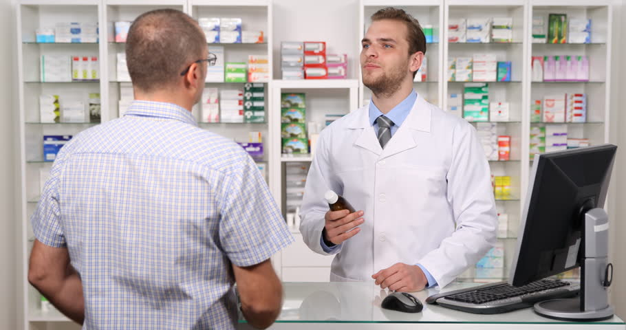 Hombre comprando alopurinol aurax