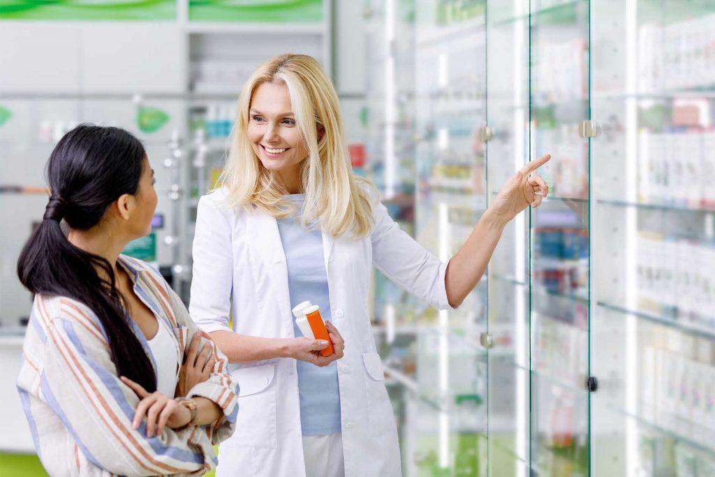 Mujer comprando Lansoprazol Aurax
