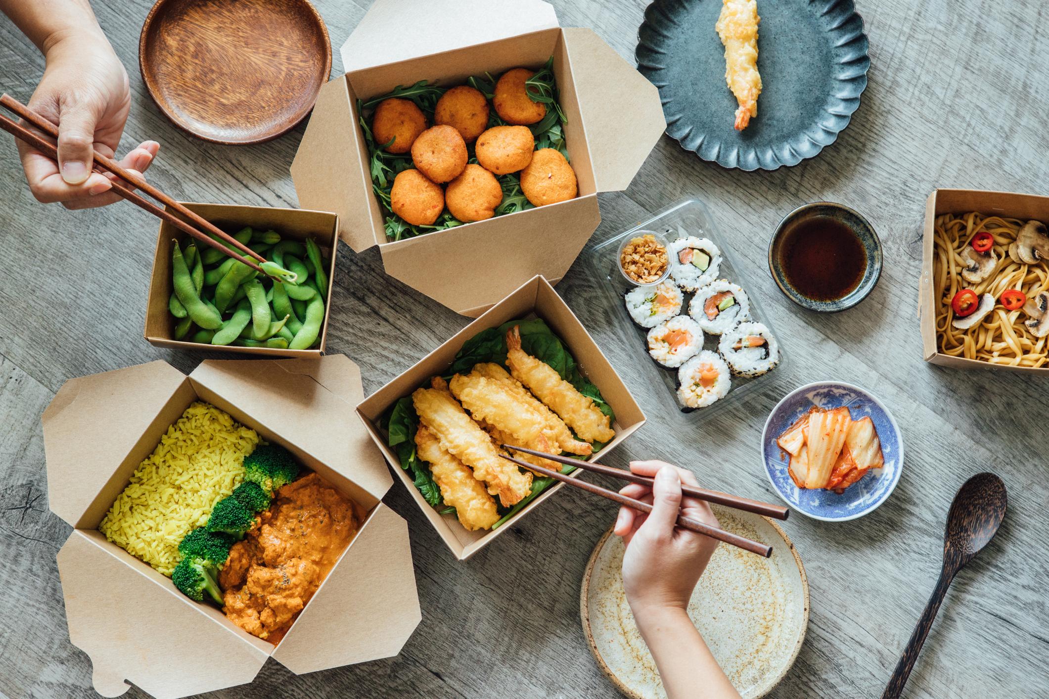 Distintos platos de comida asiática para llevar